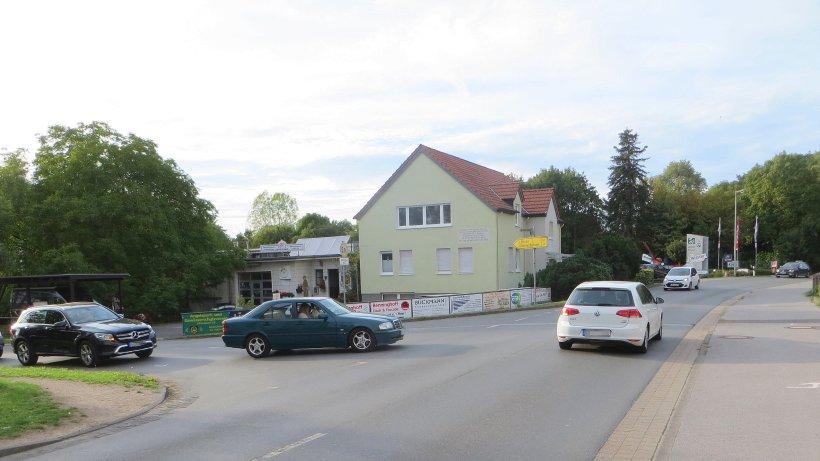 An der Blücherstraße in Dinslaken ist das Parken auf dem Gehweg nun explizit erlaubt. Wo keine Schilder stehen, müssen Falschparker mit Knöllchen rechnen. Foto: NRZ