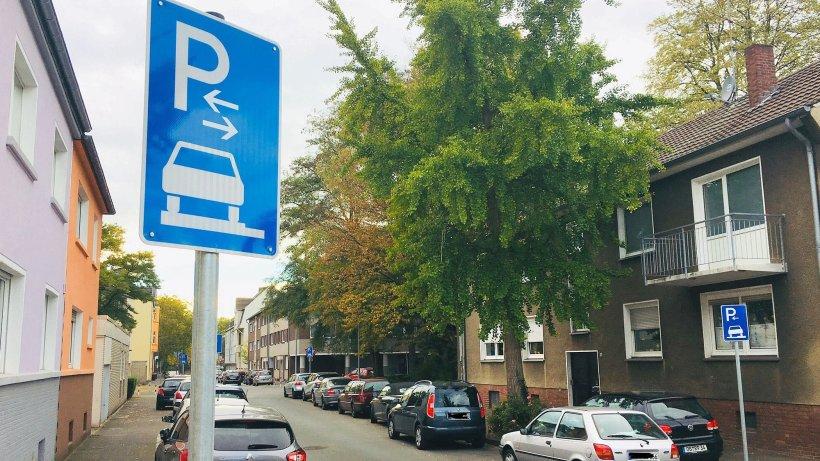An der Blücherstraße in Dinslaken ist das Parken auf dem Gehweg nun explizit erlaubt. Wo keine Schilder stehen, müssen Falschparker mit Knöllchen rechnen. Foto NRZ
