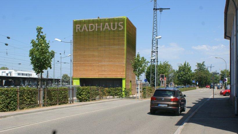 Das Fahrradparkhaus in Offenburg hatte sich eine Delegation aus Dinslaken angeschaut. Foto: Gerd Schneider