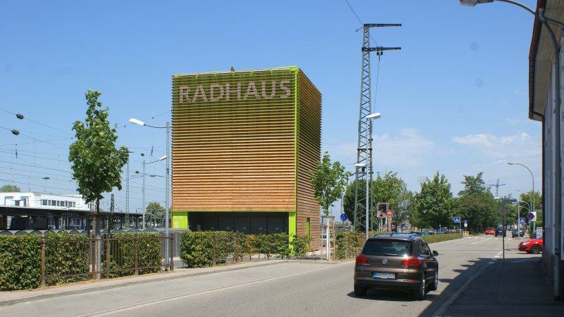 Das Radhaus in Offenburg haben sich Ratsmitglieder und Vertreter der Verwaltung angeschaut. Foto: Gerd Schneider
