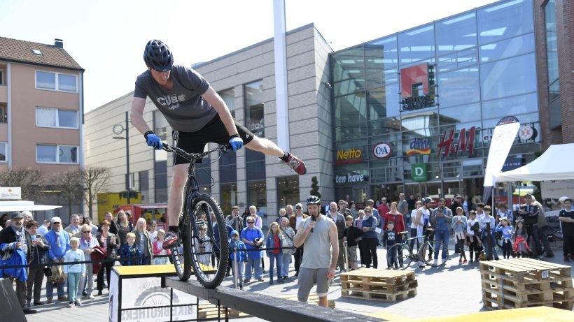 Die Bike Brothers begeisterten die Besucher des Fahrradfrühlings in Dinslaken mit ihren Stunts auf dem Neutorplatz. Foto: Markus Joosten