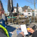 Peter Diederichs, 1. Vorsitzender des ADFC, unterhält sich mit Hanne Pabst über die Radweg-Situation in Voerde.Foto:Dennis Freikamp