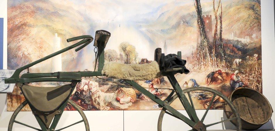 Ein Nachbau des ersten Fahrrads. Es stammt von Frank Hülsemann, der sich damit vor Ostern von Mannheim nach Paris aufmachte. Karl von Drais stellte seine Laufmaschine 1818 in Paris vor. Foto: Erwin Pottgießer